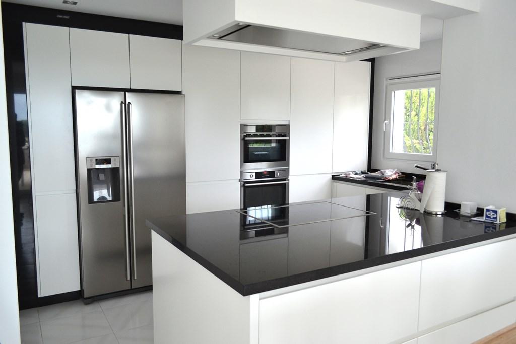 Encimera granito negro absoluto cauvells - Cocinas lacadas en blanco ...