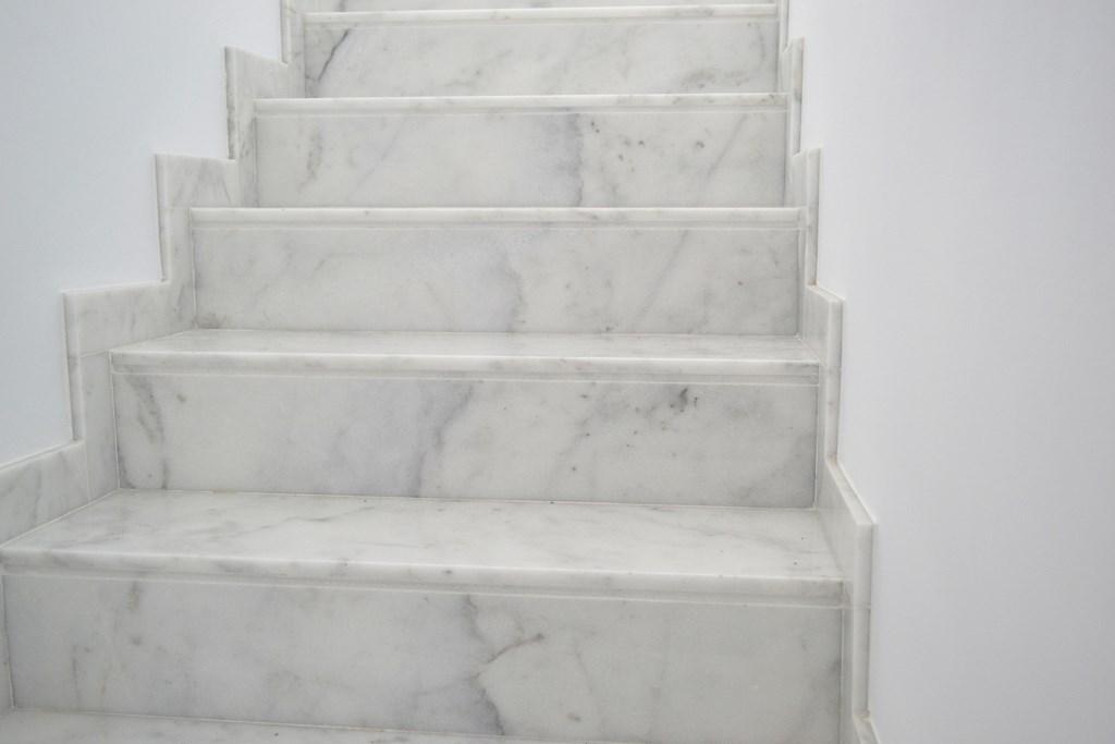 Escalera m rmol blanco ibiza cauvells for Marmol color blanco