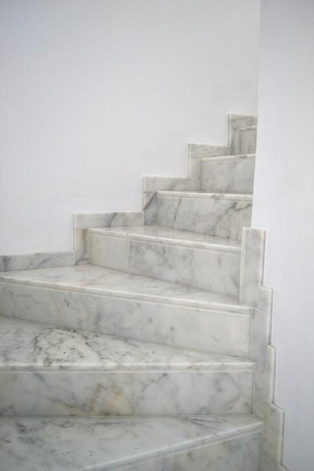 Escalera m rmol blanco ibiza cauvells for Colores de marmol para escaleras
